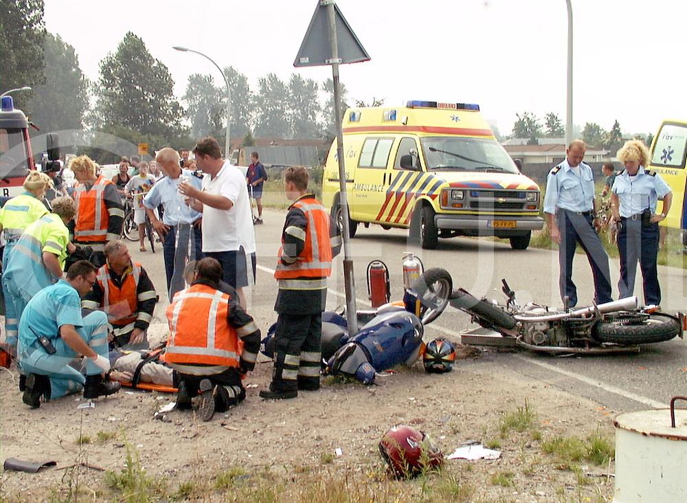 Fotografie Frank Uijlenbroek©2001/Frank Brinkman.010731 zwolle ned.hasselterdijk/twisvlietweg.Motoragent in burger schept bromscooter, bestuurder zwaar gewond naar ziekenhuis..ongebruikelijk ongeval tussen motor en bromscooter.1fuk0731.jpg.tekst : Liebeth Oelen