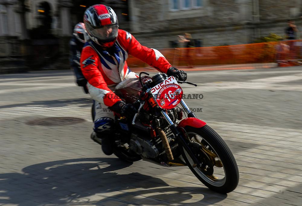 29-09-2013 Santander<br /> IV Gran Carrera Motos Clasicas en el Palacio de la Magdalena<br /> Mikel Echevarria Serna, con la moto Ducati Desmo <br /> Fotos: Juan Manuel Serrano Arce