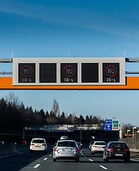 THEMENBILD - eine Anzeige mit der 80 km/ h Geschwindigkeitsbeschränkung aufgrund des Immissionsschutzgesetz- Luft (IG- L), aufgenommen in auf der A10 in der Nähe von Salzburg, Oesterreich am 07. Maerz 2015// a display with the 80 km / h speed limit due to the immission protection legal air (IG-L), at the A10 near Salzburg, Austria on 2015/03/07. EXPA Pictures © 2015, PhotoCredit: EXPA/ JFK