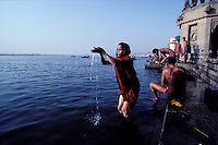 Inde. Uttar Pradesh. Ville sainte de Bénares (Varanasi). Bain rituel dans les eaux du Gange sur les gath. // India. Uttar Pradesh state. Holy city of Benares (Varanasi). Ritual bath on the Ganga river.