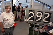Nederland, Nijmegen, 15-7-2003<br /> Vrijwilligers van het rode kruis prikken blaren bij vierdaagse lopers. Vele wandelaars meldden zich voor behandeling. 4daagse, 4-daagse. Wandelsport, voeten, blaar. huid. nummertje trekken.<br /> Foto: Flip Franssen/Hollandse Hoogte