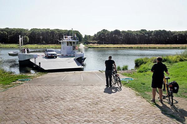 Nederland, Lottum, 1-9-2018Het veer en de veerman over Maas. Hoewel het langdurig extreem droog en warm is is de waterstand in de maas nog op normaal peil. Het waterpeil wordt geregeld door stuwen. Wel wordt door de lagge aanvoer het schutten beperkt om zoveel mogelijk water vast te houden.Foto: Flip Franssen/