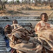 20211003 Maun Botswana <br /> Moremi nationalpark Okavangodeltat<br /> Två små barn som sovit på ett pickup flak<br /> <br /> <br /> ----<br /> FOTO : JOACHIM NYWALL KOD 0708840825_1<br /> COPYRIGHT JOACHIM NYWALL<br /> <br /> ***BETALBILD***<br /> Redovisas till <br /> NYWALL MEDIA AB<br /> Strandgatan 30<br /> 461 31 Trollhättan<br /> Prislista enl BLF , om inget annat avtalas.