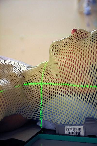 Nederland, Nijmegen, 20-5-2009Patient ligt klaar voor bestralingsbehandeling met een lineaire versneller op de afdeling radiotherapie van het UMC Radboud. Wachtlijsten. gezondheidszorg. Automatisering, ziekenhuis. Bestralen, kanker, nucleiare geneeskundeFoto: Flip Franssen
