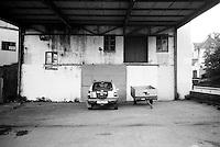 Bil og henger parkert utenfor en forfalt bygning i Ålesund.<br /> Foto:Svein Ove Ekornesvåg