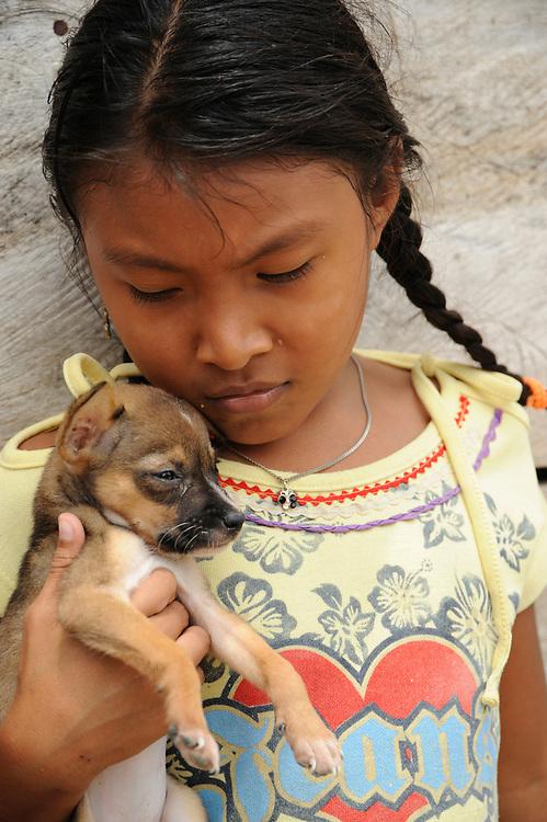 Indígenas guna / niña indígena con cachorro en la comarca de Guna Yala, Panamá.<br /> <br /> Guna Indians / girl / doggy / Guna Yala region, Panama | Víctor Santamaría