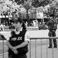 samedi 13 août 2016, 18h41, Paris VIII. En complément d'une surveillance police, la patrouille du 12ème Régiment de Cuirassiers veille à la sécurité du ravivage de la flamme sous l'Arc de Triomphe.