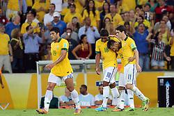 Hulk, Paulinho, Neymar Jr e Oscar comemoram gol na partida entre Brasil e Espanha, válida pela final da Confederações 2013, no estádio Maracanã, no Rio de Janeiro. FOTO: Jefferson Bernardes/Preview.com