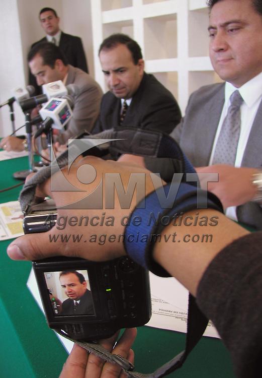 """Toluca, Méx.- Alfonso Navarrete Prida, procurador del Estado de Mexico durante una conferencia de prensa donde presento a los integrantes de una banda denominada """"Los Chorris""""dedicada al robo a casa habitacion y responsables de homicidio en el municipio de Coacalco. Agencia MVT / Hernan Vazquez E. (DIGITAL)<br /> <br /> NO ARCHIVAR - NO ARCHIVE"""