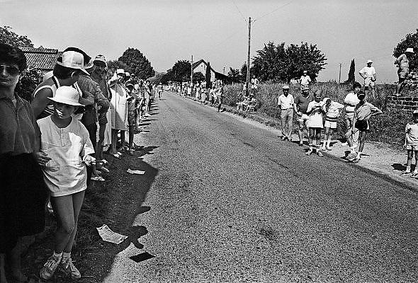 Frankrijk, Sarlat, Dordogne, 15-7-1987Publiek langs de weg wacht totdat de tourkaravaan passeert. Etappe van Brive naar Bordeaux. Foto: Flip Franssen/Hollandse Hoogte