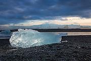 Jökulsárlón er den største bresjøen på Island. Den ligger ved sørenden av isbreen Vatnajökull mellom Skaftafell nasjonalpark og Höfn. Sjøen oppstod først i 1934–1935 og vokste fra 7,9 km² i 1975 til minst 18 km² i dag på grunn av kraftig smelting av isbreen. Med en dybde på om lag 200 meter er Jökulsárlón nå trolig den nest dypeste innsjøen på Island. Isklumpen er belyst med to radiostyrte  Canon Speedlight blitser | Jökulsárlón is the largest ice lake on Iceland, and is located south of the glacier Vatnajökull between Skaftafell nationalpark and Höfn. The lake arised in 1934-1935 and grew from 7,9 km² in 1975 to over 18 km² today, and with a dept of 2oo meters it is the next deepest lake in Iceland. The lump of Ice is backlit with two radio controlled Canon Speedlight flashes.