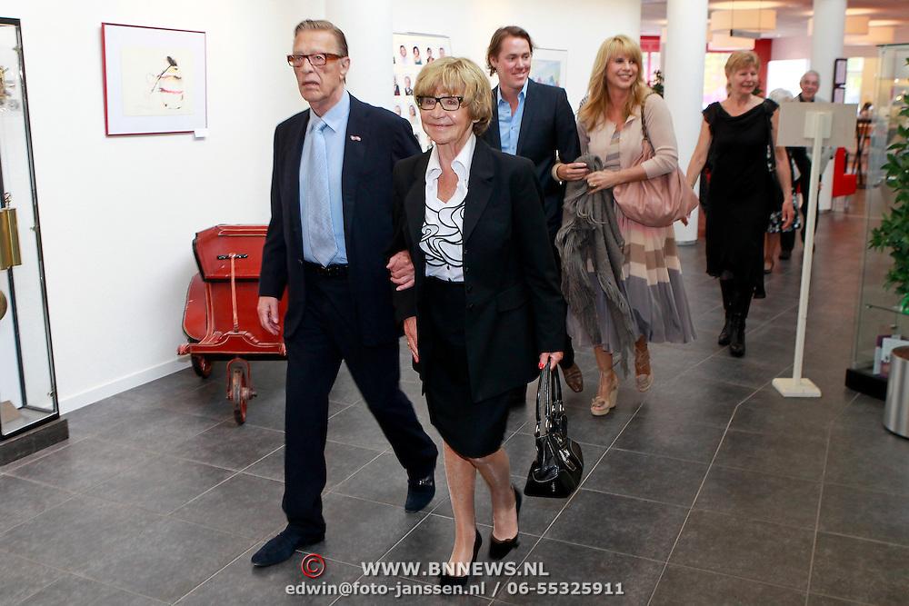 NLD/Huizen/20110429 - Lintjesregen 2011, linda de Mol en partner Jeroen Rietbergen met haar ouders