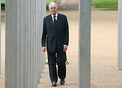 © under license to London News Pictures. London.  07/07/2011. Former Mayor of London Ken Livingstone walks throught the memorial. People pay their respects to the victims of the 7/7 bombings in London today (Thurs) by the Hyde Park Memorial on the 6th anniversary of the tragedy.  See special instructions. Mandatory credit Neil Hall/London News Pictures.