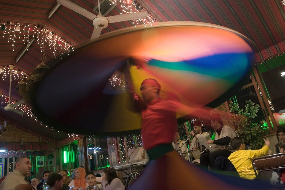 Traditional Syrian dance in a restaurant of Damascus.<br /> Ejecución del baile tradicional sirio en el salón de un restaurante en Damasco (Siria). El bailarín ejecuta 99 giros sobre si mismo, llegando hacia el final a un estado de comunicación mística con Dios, según cuenta la tradición.
