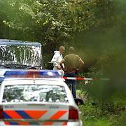 NLD/Huizen/20050906 - Verbrand lijk gevonden langs bospad Bussummerweg Huizen, witte pakken, doos, technische recherche,