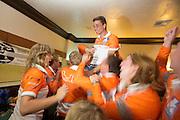 Sebastiaan Bowier wordt op de schouders genomen door het Human Power Team Delft en Amsterdam na het halen van het record. Sebastiaan Bowier heeft met de VeloX3 van het Human Power Team Delft en Amsterdam een nieuw wereldrecord gezet. Hij haalde een snelheid van 133,78 km/h.  In Battle Mountain (Nevada) wordt ieder jaar de World Human Powered Speed Challenge gehouden. Tijdens deze wedstrijd wordt geprobeerd zo hard mogelijk te fietsen op pure menskracht. Ze halen snelheden tot 133 km/h. De deelnemers bestaan zowel uit teams van universiteiten als uit hobbyisten. Met de gestroomlijnde fietsen willen ze laten zien wat mogelijk is met menskracht. De speciale ligfietsen kunnen gezien worden als de Formule 1 van het fietsen. De kennis die wordt opgedaan wordt ook gebruikt om duurzaam vervoer verder te ontwikkelen.<br /> <br /> Unbelief and excitment with the students after they found out the speed Sebastiaan Bowier (2nd left) rode. Sebastiaan Bowier sets a new world record speed biking with the VeloX3 of the Human Power Team Delft and Amsterdam. His speed was  133,78 km/h . In Battle Mountain (Nevada) each year the World Human Powered Speed ??Challenge is held. During this race they try to ride on pure manpower as hard as possible. Speeds up to 133 km/h are reached. The participants consist of both teams from universities and from hobbyists. With the sleek bikes they want to show what is possible with human power. The special recumbent bicycles can be seen as the Formula 1 of the bicycle. The knowledge gained is also used to develop sustainable transport.<br /> Foto: Bas de Meijer / Hollandse Hoogte