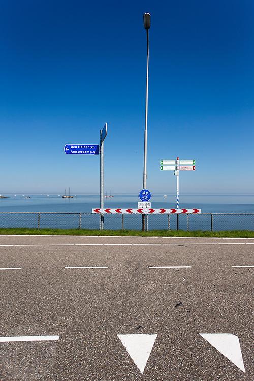 De Afsluitdijk bij Kornwerderzand. In 1932 werd de opening tussen de Waddenzee en de toenmalige Zuiderzee gesloten. Nu is het een belangrijke verkeersader tussen Friesland en Noord-Holland en scheidt het de Waddenzee met het IJsselmeer.<br /> <br /> In 1932, the gap between the Wadden Sea and the former Zuiderzee closed by the Afsluitdijk. Now it is a major thoroughfare between Friesland and North Holland and it separates the Wadden Sea from the IJsselmeer.