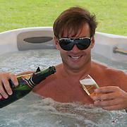 NLD/Amsterdam/20080805 - Persconferentie Gerard Joling in een bubbelbad,