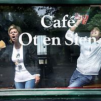 Nederland, Amsterdam Noord , 13 mei 2011..Paula en Samir, de nieuwe eigenaren van cafe O en Sien aan de Buikslotermeerweg..Foto:Jean-Pierre Jans