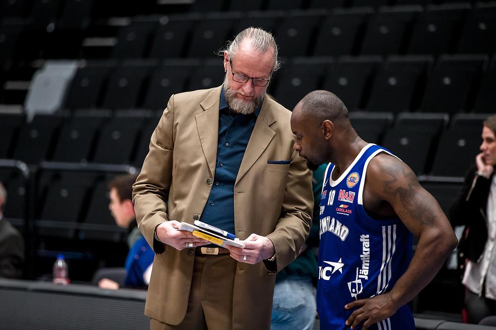ÖSTERSUND 20200310<br /> Jämtlands Coach Torbjörn Gehrke snackar med Jämtlands Tomas Massamba efter tisdagens match i basketligan mellan Jämtland Basket och Södertälje Basket i Östersunds Sporthall.<br /> <br /> Foto: Per Danielsson/Projekt.P