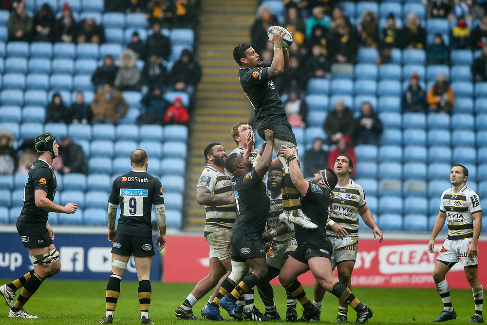 Wasps' Nathan Hughes wins line out ball <br /> Photographer Andrew Kearns/CameraSport<br /> <br /> European Rugby Champions Cup Pool 1 - Wasps v La Rochelle - Sunday 17 December 2017 - Ricoh Arena - Coventry<br /> <br /> World Copyright © 2017 CameraSport. All rights reserved. 43 Linden Ave. Countesthorpe. Leicester. England. LE8 5PG - Tel: +44 (0) 116 277 4147 - admin@camerasport.com - www.camerasport.com