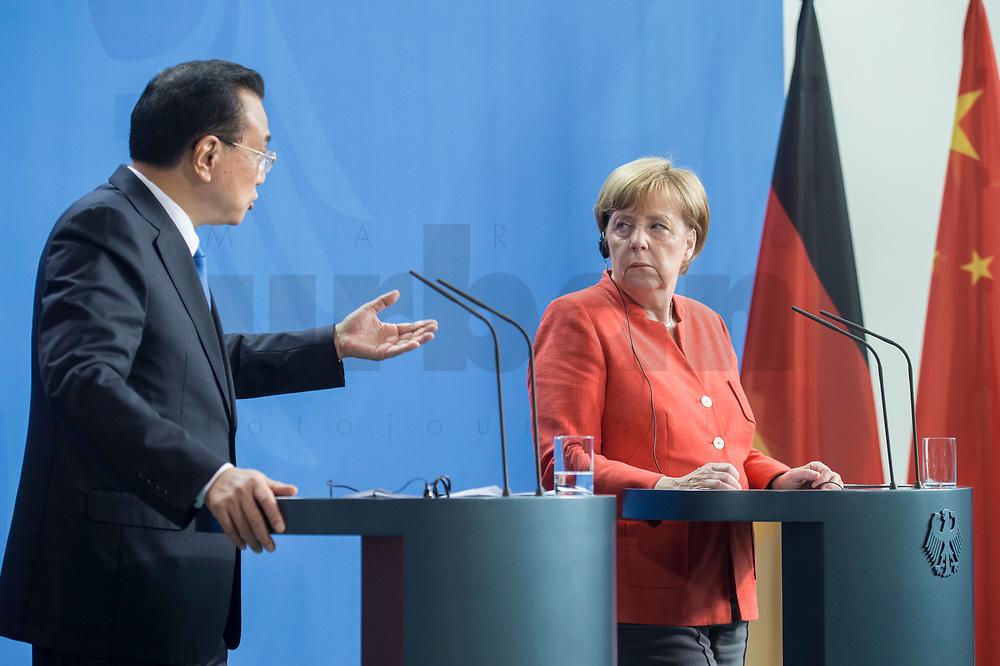 09 JUL 2018, BERLIN/GERMANY:<br /> Li Keqiang (L), Ministerpraesident der VR China, und Angela Merkel (R), CDU, Bundeskanzlerin, waehrend einer Pressekonferenz zu den Ergebnissen der Deutsch-Chinesische Regierungskonsultationen, Bundeskanzleramt<br /> IMAGE: 20180709-02-060