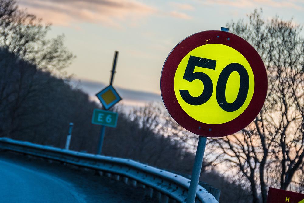 Skilting som signaliserer en fartsgrense på 50 km/t, langs E6. Fotografi som er velegnet som illustrasjonsbilde til alt som har med fart å gjøre.