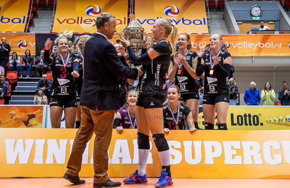 02-10-2016 NED: Supercup VC Sneek - Eurosped, Doetinchem<br /> Eurosped wint de Supercup door Sneek met 3-0 te verslaan / Daphne Knijff #7 of Eurosped ontvangt de Cup en een blije Eurosped dat de Supercup wint
