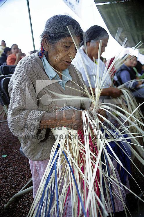 Toluca, Méx.- Tejedoras de palma plasman su imaginación y su cultura en cada sombrero que elaboran. Agencia MVT/ Mario Vázquez de la Torre.