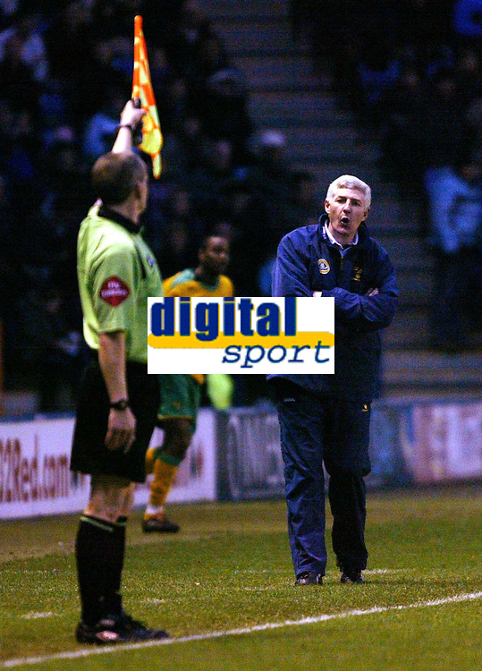 Photo: Chris Ratcliffe.<br />Leicester City v Norwich City. Coca Cola Championship. 31/12/2005.<br />Nigel Worthington (R) asks the linesman what he's doing.