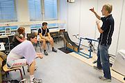 Een van de studenten van de VU geeft uitleg aan Jan Bos (links) en Sebastiaan Bowier. Op de VU in Amsterdam  doen Sebastiaan Bowier en Jan Bos van het Human Powered Team Delft en Amsterdam een simulatie van het traject van de recordrace in Battle Mountain. De onderzoekers van het team gaan een zo optimaal mogelijke opbouw berekenen.<br /> <br /> One of the students at the VU gives instructions to Jan Bos (left) and Sebastiaan Bowier. At the VU university in Amsterdam Sebastiaan Bowier and Jan Bos of the Human Powered Team Delft and Amsterdam are  undergoing a simulation of the race at Battle Mountain. Goal of the simulation is to calculate the optimal match up.