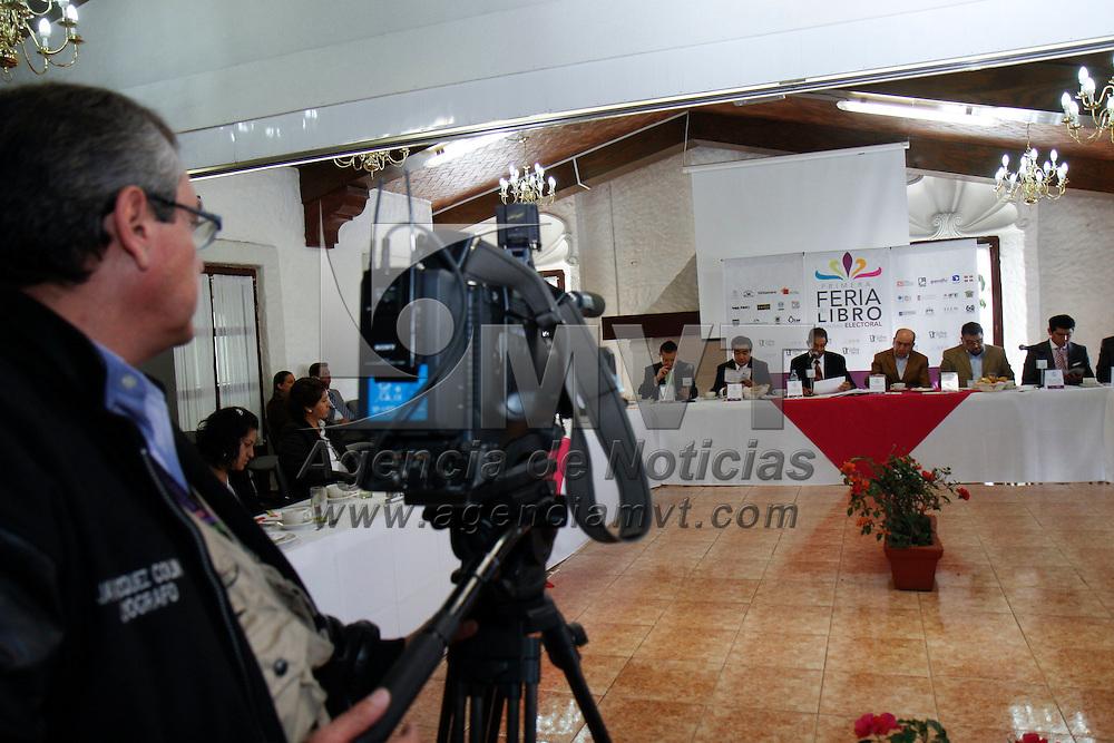 TOLUCA, México.- José Martínez Vilchis, consejero del Instituto Electoral del Estado de México  anuncio que el 4 y 5 de octubre se llevará a cabo la primera Feria del Libro en Materia Electoral,  en donde se reunirán 27 expositores que presentaran lo más actual de la bibliografía nacional en esta materia. Agencia MVT / Crisanta Espinosa. (DIGITAL)