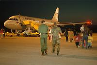 07.04.1999, Mazedonien/Skopje:<br /> Flüchtlinge / Vertriebene aus dem Kosovo steigen auf dem Flughafen Skopje in eine Chartermaschine zum Weiterflug nach Nürmberg, Flughafen Skopje, Mazedonien <br /> Refugees from Kosovo on their way to planes to germany, airport Skopje, Macedonia<br /> IMAGE: 19990407-01/06-01