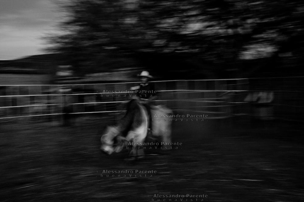 ENG:<br /> Young rider.<br /> ITA:<br /> Giovane cowboy