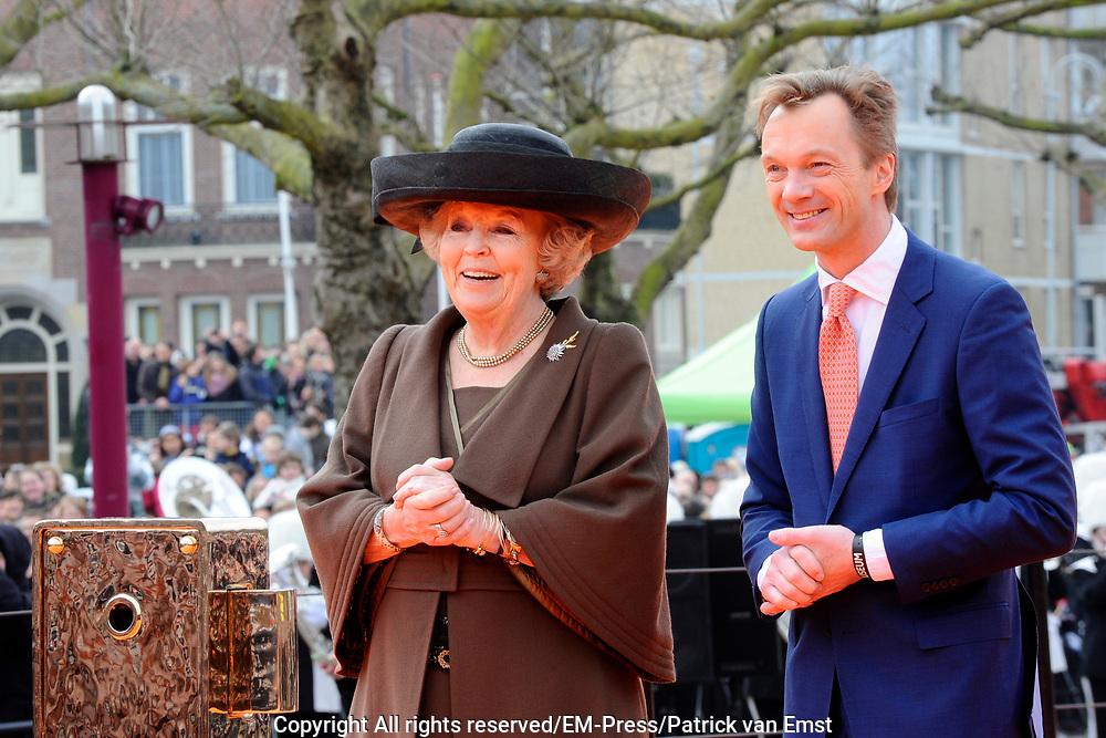 Koningin Beatrix heropent het Rijksmuseum na een verbouwing van bijna tien jaar.<br /> <br /> Queen Beatrix reopens the the Rijksmuseum after renovations of almost ten years.<br /> <br /> Op de foto / On the photo:  Koningin Beatrix en directeur Wim Pijbes  betreden de oranje loper voor het Rijksmuseum<br /> <br /> Queen Beatrix and director Wim Pijbes enter the orange carpet for the opening ceremony of the Rijksmuseum Rijksmuseum
