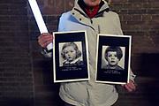 Nederland, Nijmegen, 21-2-2019In Nijmegen werd het vergissingsbombardement van 75 jaar geleden in 1944 herdacht. Langs de zgnd. brandgrens van de binnenstad stonden tientallen koren en musici die tussen 20.00 uur en 20.15 uur het muziek brachten. Ook bij de honderden met kaarsjes verlichte naamplaatjes die in de straten ingelegd zijn stonden verwanten met soms een foto van hun omgekomen familielid, zoals dat van de zusjes Thea en Corrie Seegers .Foto: Flip Franssen