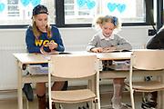 Perspresentatie  Kinderen voor Kinderen familiemusical 'Waanzinnig Gedroomd' op de Nicolaas Maesschool in Amsterdam.<br /> <br /> Op de foto: De cast van de musical Waanzinnig Gedroomd treedt op in de klas van de Nicolaas Maesschool.