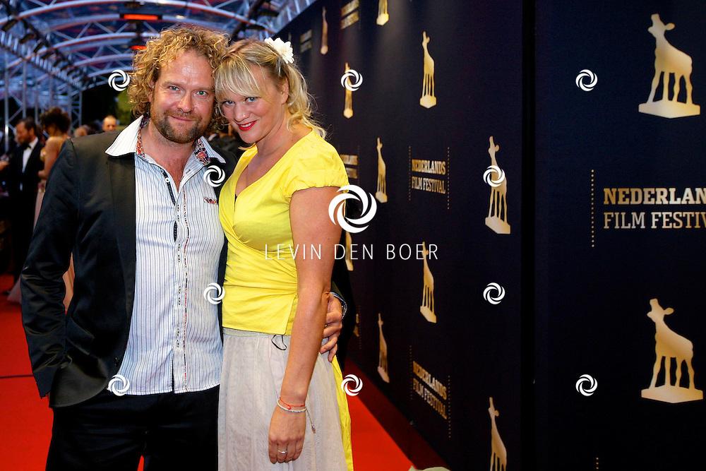 UTRECHT - In de Stadsschouwburg van Utrecht zijn de Gouden Kalveren 2012 uitgereikt. Met op de foto  Mark de Cloe met partner Elske Falkena. FOTO LEVIN DEN BOER - PERSFOTO.NU
