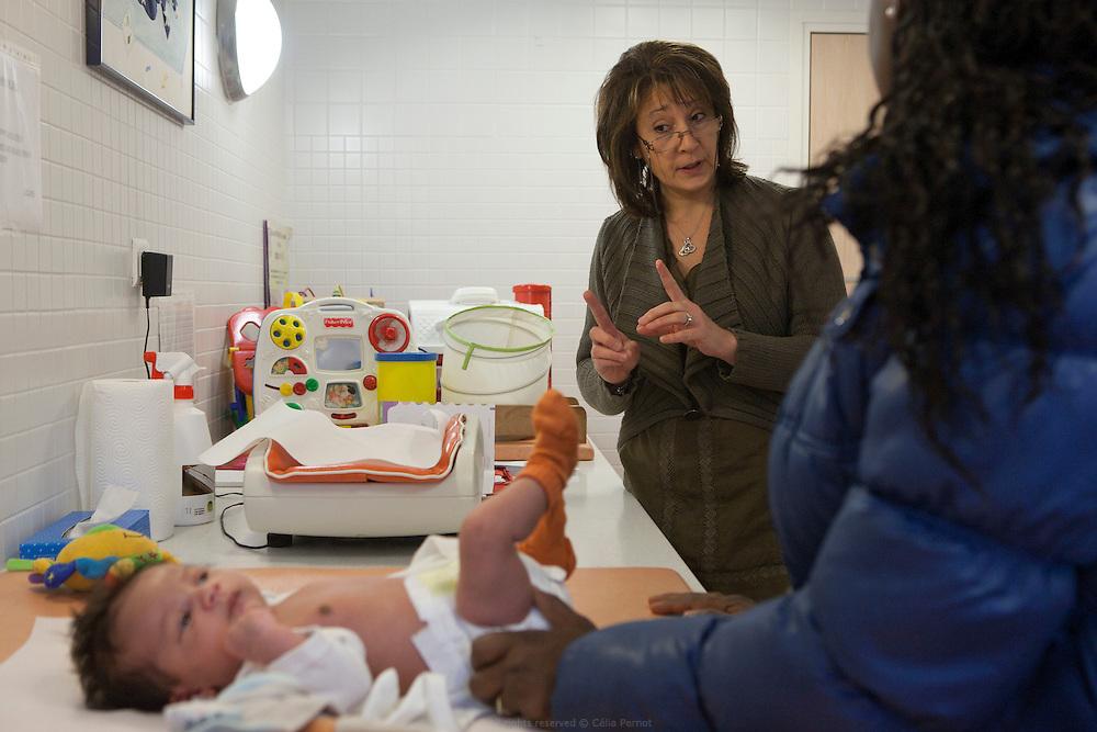 Roseline Lagneaux, puéricultrice, accueille parents et enfants pour la pesée et le suivi de croissance des tout petits. PMI Amédée Laplace, Créteil, 24 janvier 2013.