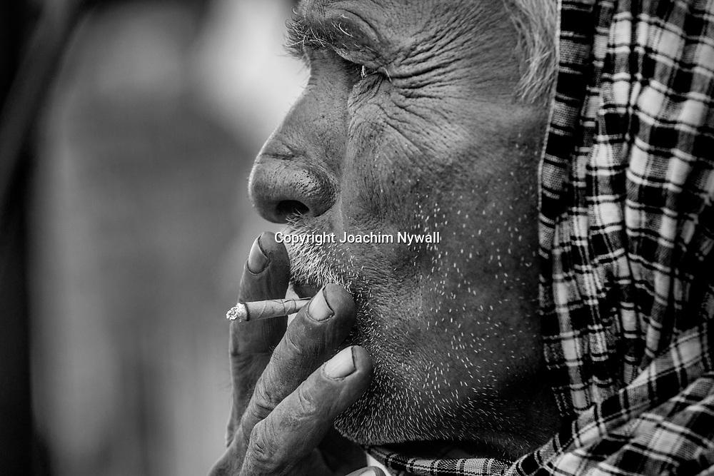 Vrindavan 2017 03 10 Indien<br /> Gammal man som röker en bidi liten indisk cigarette<br /> <br /> ----<br /> FOTO : JOACHIM NYWALL KOD 0708840825_1<br /> COPYRIGHT JOACHIM NYWALL<br /> <br /> ***BETALBILD***<br /> Redovisas till <br /> NYWALL MEDIA AB<br /> Strandgatan 30<br /> 461 31 Trollhättan<br /> Prislista enl BLF , om inget annat avtalas.