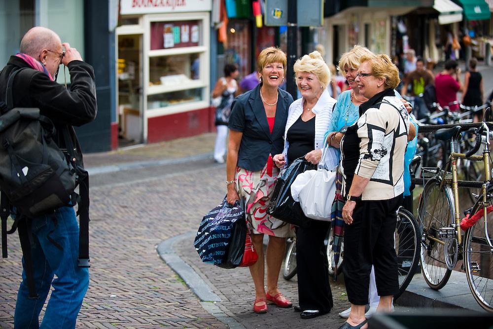 Nederland, Utrecht, 11 aug 2009.Vier vrouwen laten zich fotograferen door een voorbijganger. De dames komen waarschijnlijk niet uit Utrecht, zijn een dagje uit, aan het shoppen en laten een herinnering maken... Foto (c) Michiel Wijnbergh