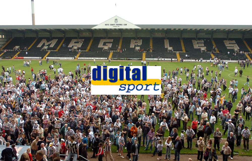 Photo: Leigh Quinnell.<br /> Notts County v Bury. Coca Cola League 2. 06/05/2006.<br /> Notts County fans celebrate staying in the football league.