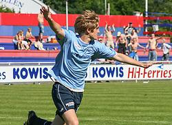 FODBOLD: Marc Kraft (Helsingør) jubler efter scoring under kampen i Kvalifikationsrækken, pulje 1, mellem Elite 3000 Helsingør og Lyngby Boldklub den 10. juni 2006 på Helsingør Stadion. Foto: Claus Birch