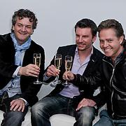 NLD/Hoofddorp/20120320 - Lancering Video on Demand, Kasper van Kooten en Danny de Munk kijken de huispremiere met prijswinnaar Roy