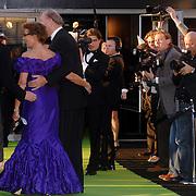 NLD/Hilversum/20070312 - Inloop verjaardagsfeest Joop van den Ende 65 jaar, Joop en partner Janine Klijberg worden belaagd door de pers