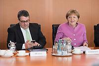 16 MAR 2016, BERLIN/GERMANY:<br /> Sigmar Gabriel (L), SPD, Bundeswirtschaftsminister, und Angela Merkel (R), CDU, Bundeskanzlerin, vor Beginn einer Kabinettsitzung, Bundeskanzleramt<br /> IMAGE: 20160316-01-029<br /> KEYWORDS: Kabinett, Sitzung