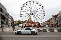 Bialystok, 13.05.2021. Wysoki na 30 metrow diabelski mlyn, ktory stanal w samym srodku miasta, tuz obok Ratusza. N/z diabelski mlyn na Rynku Kosciuszki i przejezdzajacy obok luksusowy samochod sportowy Porsche 911 fot Michal Kosc / AGENCJA WSCHOD