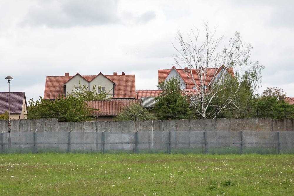 Grenzdenkmal der innerdeutschen Grenze in Hötensleben, Sachsen-Anhalt, Deutschland, 4. Mai 2020<br /> <br /> PICTURED: Blick auf die Mauer und die vorgelagerte Hundelaufzone