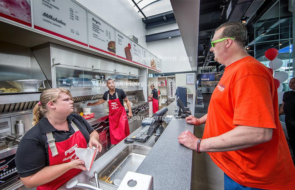 Nederland, Amsterdam, 14 juli 2016.<br /> Een kijkje In de keuken van het familiebdrijf FEBO.<br /> Febo is een snackbarketen in Nederland. De oprichter begon ooit als brood- en banketbakker.<br /> In 1942 werd Maison Febo (oorspronkelijk Bakkerij Febo) opgericht door Johan de Borst (1919-2008). Wat begon als een bakkerswinkel groeide uit tot een automatiek, waar De Borst zelfgemaakte kroketten verkocht.<br /> De naam 'Febo' is afgeleid van de Amsterdamse Ferdinand Bolstraat in de Pijp.<br /> Dagelijks worden de kroketten en burgers nog altijd volgens het authentieke recept van Opa de Borst dagvers bereid. Continu zorgt FEBO ervoor dat de producten nog steeds dezelfde kwaliteit hebben als vroeger.<br /> Dagelijks start FEBO s'ochtends heel vroeg met het maken van een ambachtelijke bouillon gemaakt van verse groenten om vervolgens een ragout te maken van het beste kwaliteitsvlees van 100% Nederlandse runderen uit de buurt. Iedere dag wordt van deze ragout de beroemde FEBO kroket gemaakt. De kroketten zijn dagvers en worden nooit ingevroren.<br /> Op de foto: Lekker eten op een tankstation of in een carwash blijft vaak een uitdaging. Hoe kun je van een noodzakelijk kwaad een ware experience maken? Loogman carwash en FEBO hebben samen dé oplossing bedacht. Een dagvers kroketje uit de muur trekken terwijl je wacht.<br /> <br /> Netherlands, Amsterdam, July 14, 2016.<br /> A peek in the kitchen of the family company FEBO.<br /> Febo is a snack bar chain in the Netherlands. The founder started as a baker and confectioner.<br /> In 1942, Maison Febo (originally Bakery Febo) was founded by Johan de Borst (1919-2008). What began as a bakery grew into an automatic, where Johan Borst sold homemade croquettes. <br /> The name 'Febo' derives from the Amsterdam Ferdinand Bolstraat in the Pijp.<br /> The croquettes and meat burgers  are still produced with the authentic recipe of Grandfather Borst and prepared fresh every day. FEBO continuously ensures that the products still have