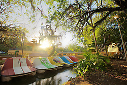 O Parque Farroupilha, também conhecido como Parque da Redenção, é o parque mais tradicional e popular de Porto Alegre, sendo um local tradicionalmente visitado pelos porto-alegrenses nas horas de descanso, seja para praticar esportes ou simplesmente tomar um chimarrão com a família. Os pedalinhos localizam-se no lago da Redenção, tem o seu ponto de partida e bilheteria no Recanto da Ilha ou Embarcadouro. FOTO: Jefferson Bernardes/Preview.com